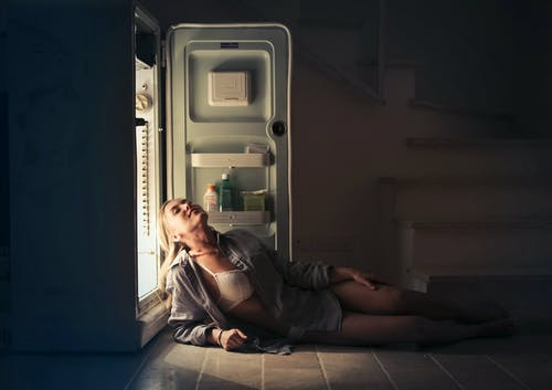 Darmowe zdjęcie z galerii z biustonosz, blond, ciemny pokój, kobieta