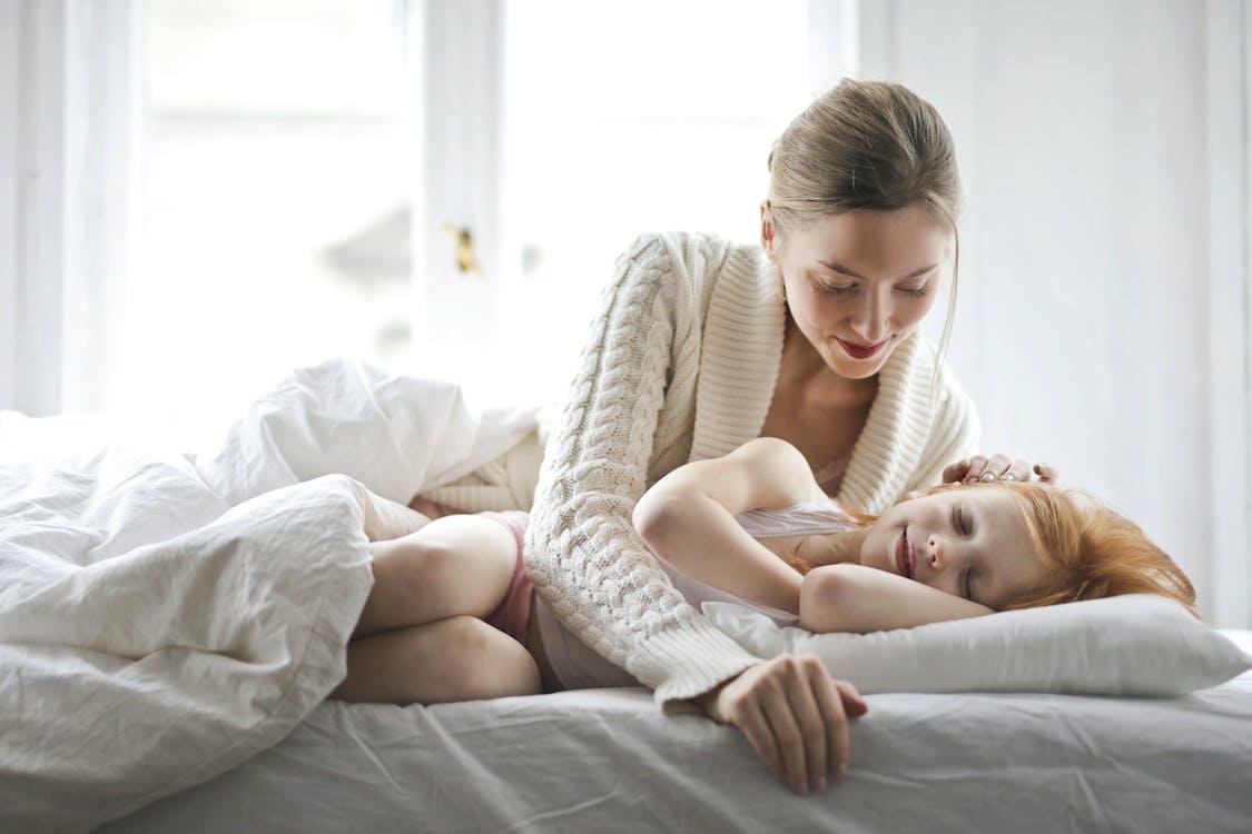 Mère Et Enfant Reposant Sur Le Lit