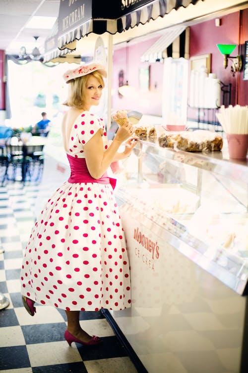 Безкоштовне стокове фото на тему «Дівчина, жінка, морозиво, плаття в горошок»