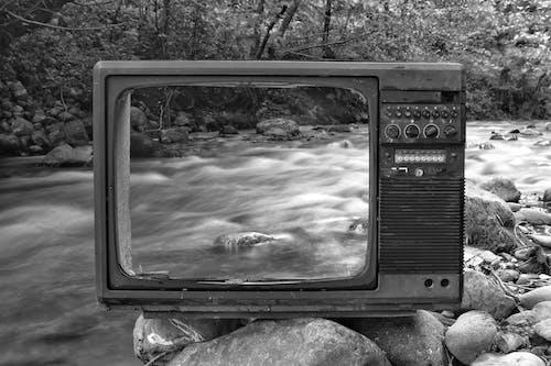 Ретро телевизор на берегу реки возле леса