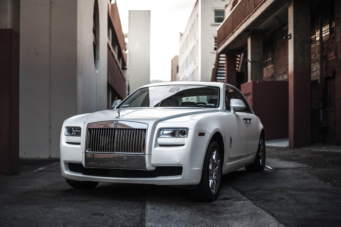 Foto Von White Rolls Royce Ghost In Einer Gasse Geparkt
