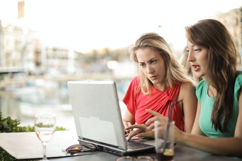 集中在咖啡館裡衝浪筆記本電腦的婦女