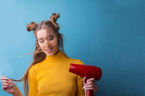 Foto d'estoc gratuïta de adolescent, adult, assecador de cabell