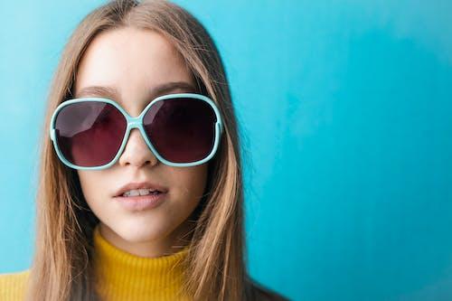 Ilmainen kuvapankkikuva tunnisteilla aurinkolasit, brunette, kaunis nainen, keltainen villapaita