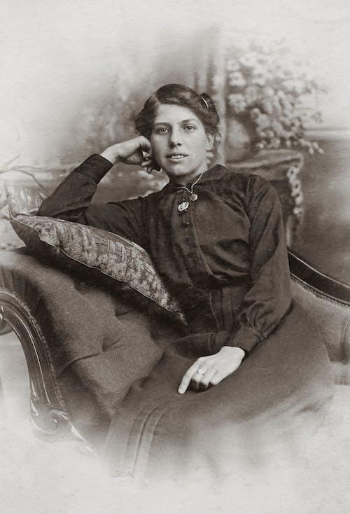 Người Phụ Nữ Mặc áo đen Mặc áo Sơ Mi Dài Tay Ngồi Trên Ghế Sofa