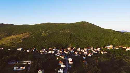 Darmowe zdjęcie z galerii z błękitne niebo, bośnia, budynki, dachy