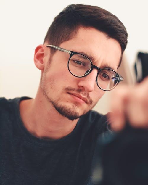 Kostnadsfri bild av fundersam, glasögon, man, porträtt