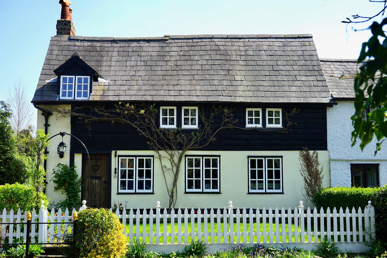 Kostenloses Stock Foto zu architektur, außen, bäume, dach