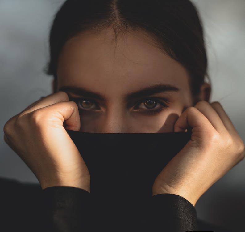 Женщина закрыла лицо черной тканью