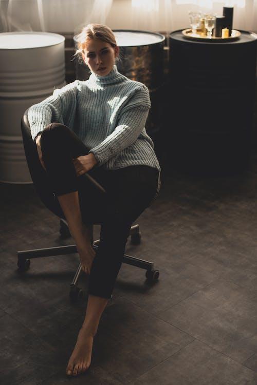 Základová fotografie zdarma na téma asiat, asiatka, barvy, černá židle