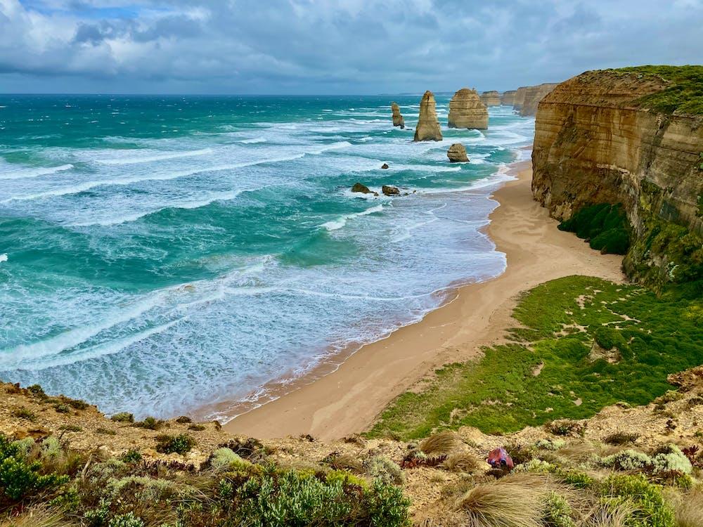 Korasi dan abrasi adalah pengikisan batuan oleh partikel yang dibawa oleh agen erosi yaitu air dan angin