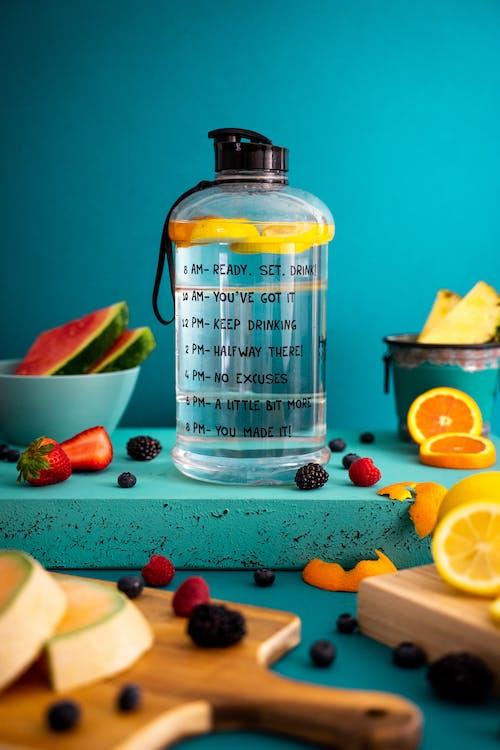 Fette Di Frutta Assortita Vicino Alla Bottiglia Di Acqua