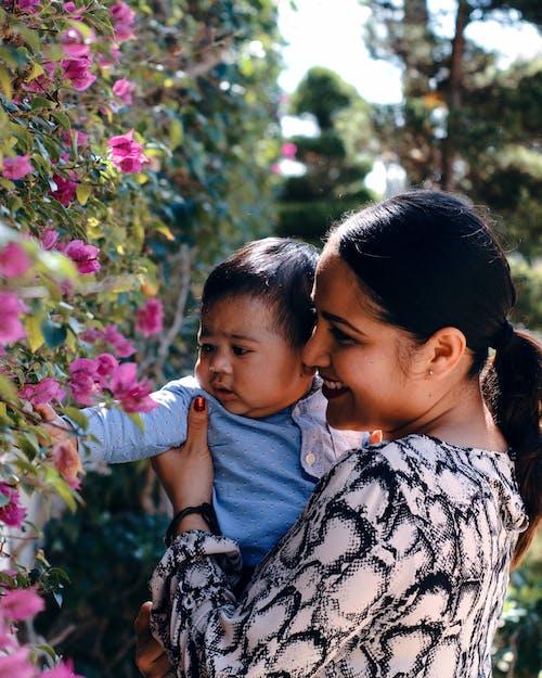 คลังภาพถ่ายฟรี ของ กลางแจ้ง, กอด, การประสาน, การเลี้ยงบุตร