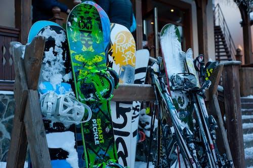 Photos gratuites de citadin, enneigé, équipement, faire du snowboard