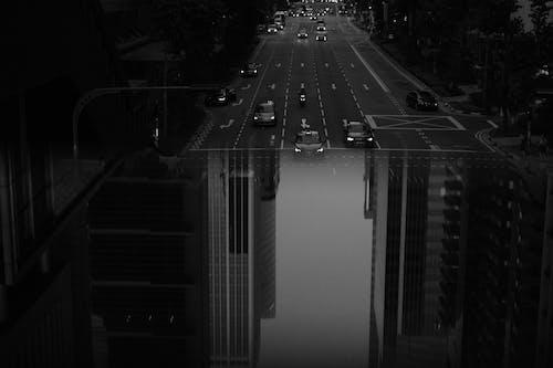 Calle De La Ciudad Moderna Con La Conducción De Automóviles.
