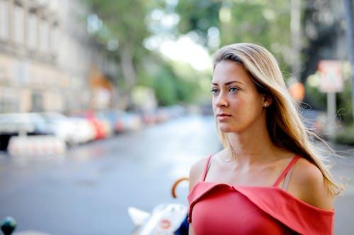 Foto De Enfoque Selectivo De Mujer En Top Rojo