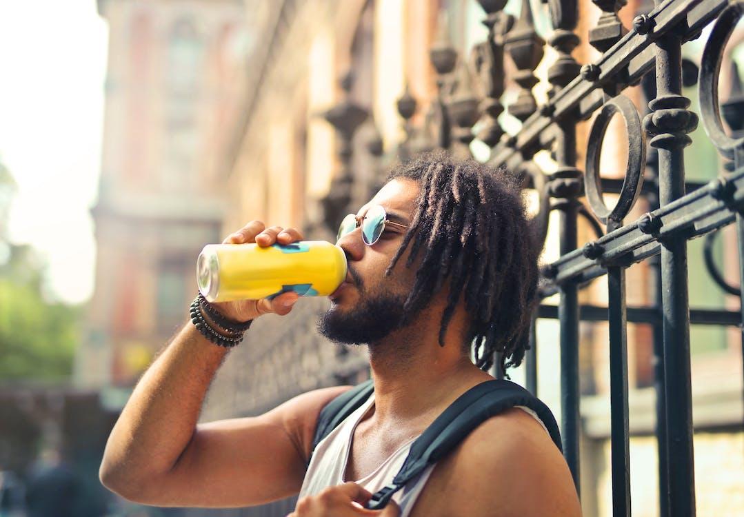 Фотография пьющего человека