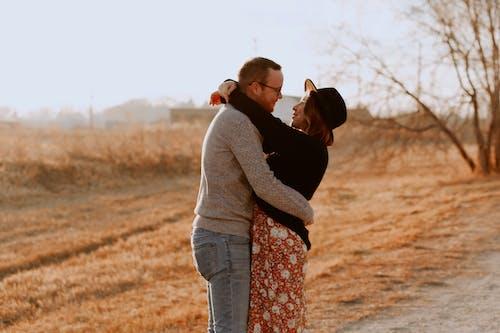 Δωρεάν στοκ φωτογραφιών με αγάπη, αγκαλιά, αγκάλιασμα, ειδύλλιο