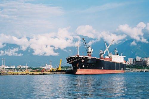 Бесплатное стоковое фото с вода, город, городской пейзаж, грузовое судно
