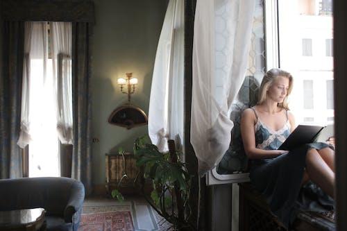 Darmowe zdjęcie z galerii z czas wolny, czytać, czytanie, czytelnik