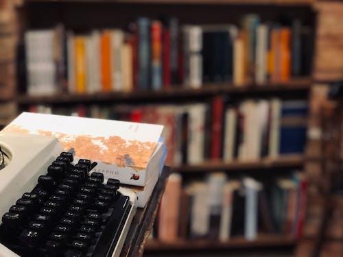 Darmowe zdjęcie z galerii z książka, książki, księgarnia, maszyna do pisania