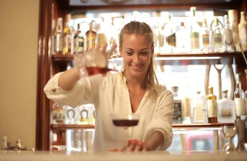 Бесплатное стоковое фото с активный отдых, бар, бармен, белый топ