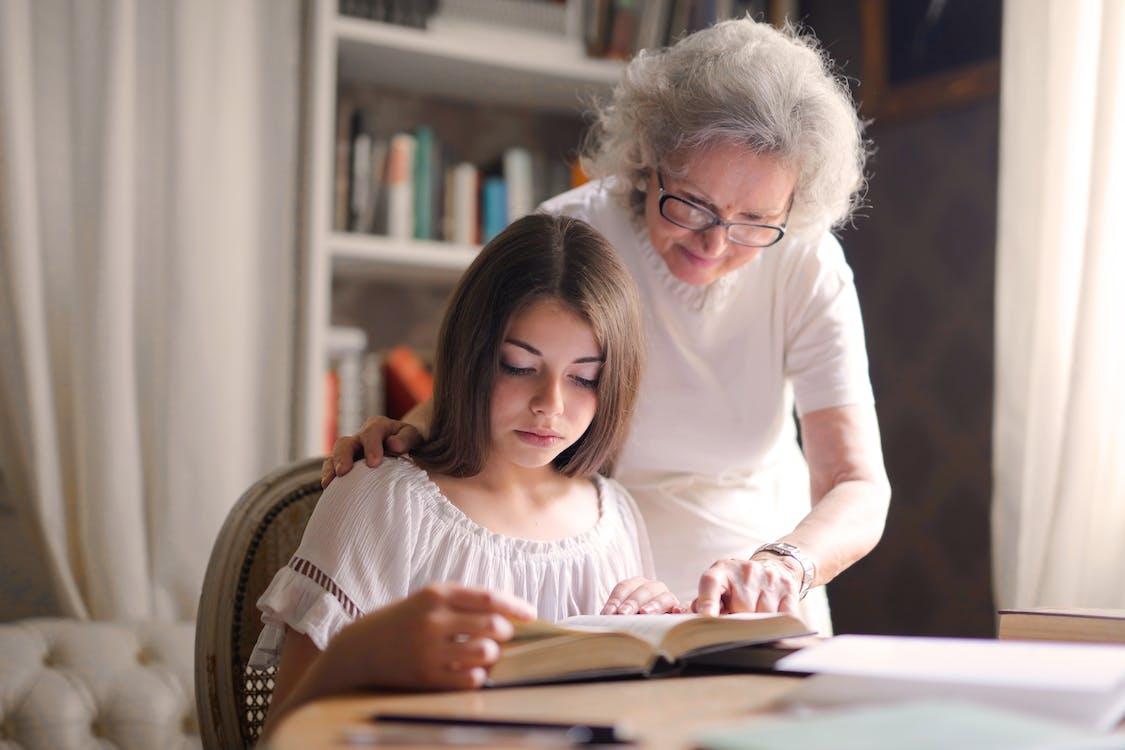 Foto De Mulheres Lendo Um Livro