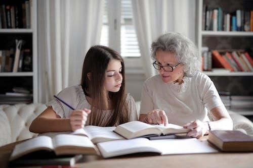Fotobanka sbezplatnými fotkami na tému babka, četovanie, chatovanie, domáca úloha