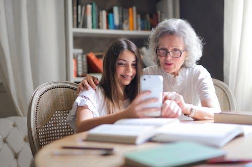Fotos de stock gratuitas de abuela, abuelo, adentro, anciana