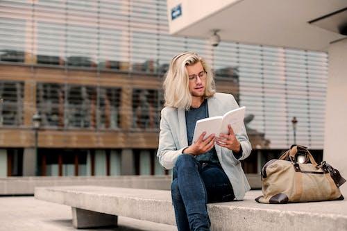 Fotobanka sbezplatnými fotkami na tému blondína, čítačka, čítanie, čítať