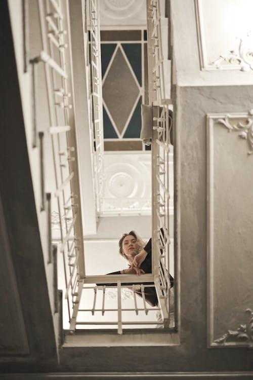 Kostenloses Stock Foto zu architektur, aufnahme von unten, europäisch, frau