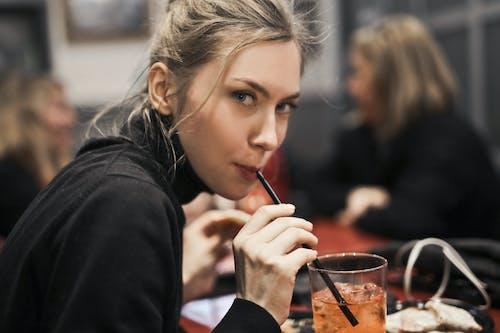 Foto profissional grátis de bebendo, bebida, bebida gelada, bonita