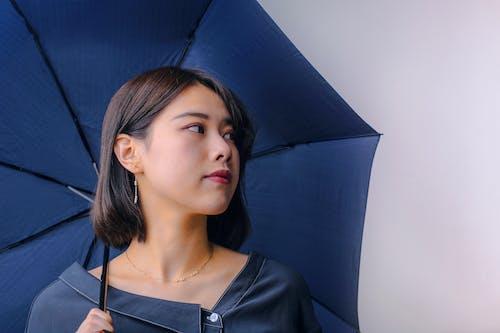 Portrait Photo De Femme En Haut Noir Tenant Un Parapluie Tout En Regardant Ailleurs