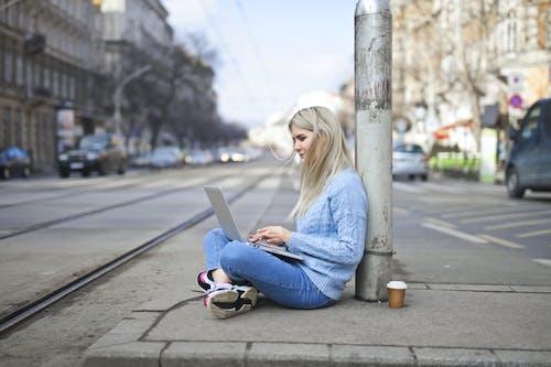 Femme En Pull Bleu Tapant Sur Ordinateur Portable