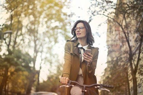 Gratis lagerfoto af briller, brunette, cykel