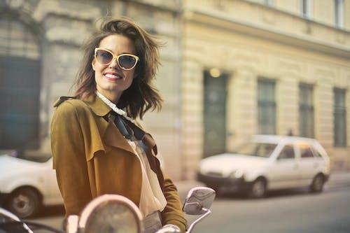 人行道, 停放的汽車, 咖啡色頭髮的女人, 墨鏡 的 免費圖庫相片