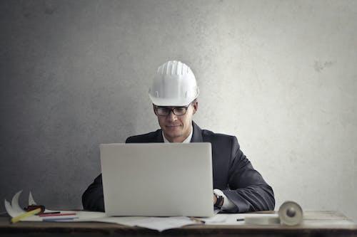 Ingeniero Que Trabaja Con Un Portátil En La Mesa