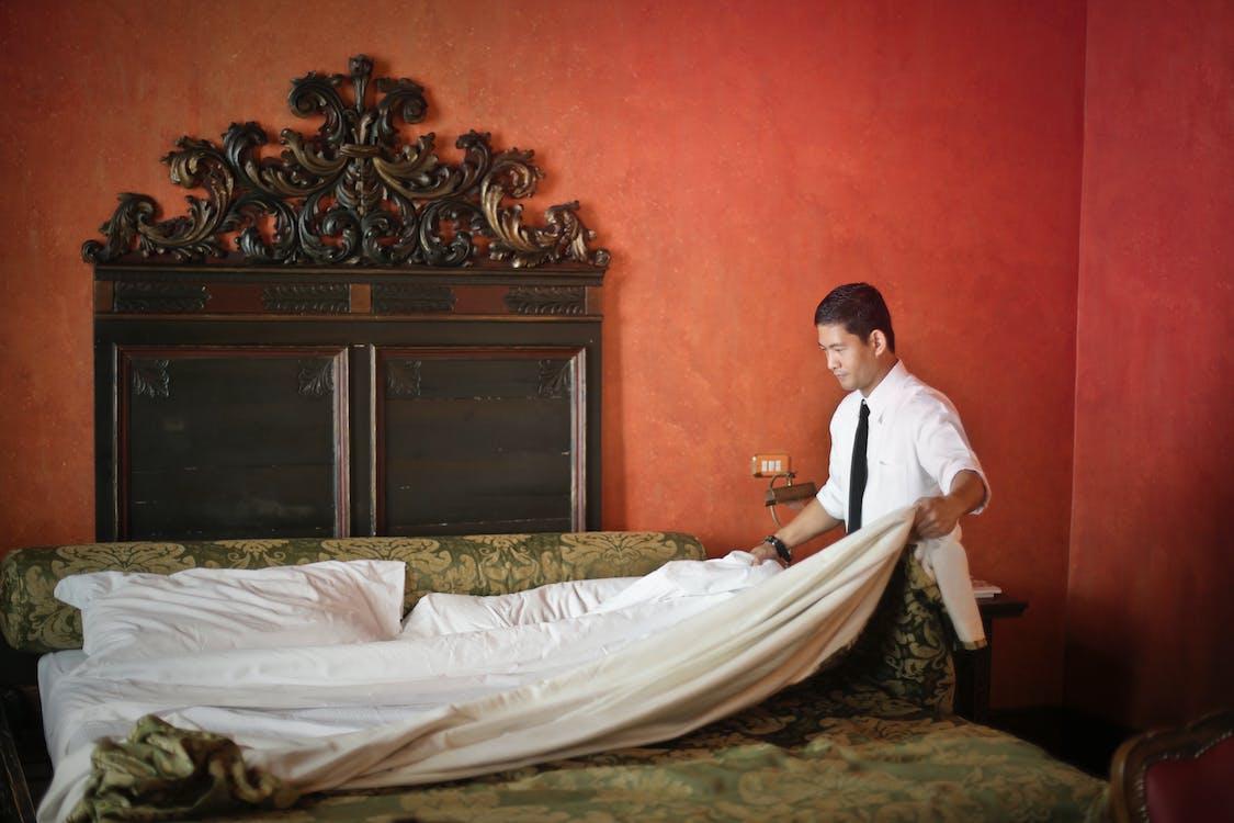 Membersihkan kamar tidur (Foto: Pexels/Andrea Piacquadio)