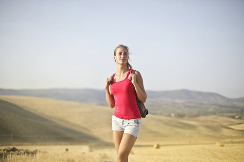 Foto d'estoc gratuïta de aventura, brusa rosa, camisa rosa, dempeus