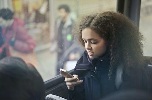 Mujer, En, Chaqueta Negra, Tenencia, Smartphone