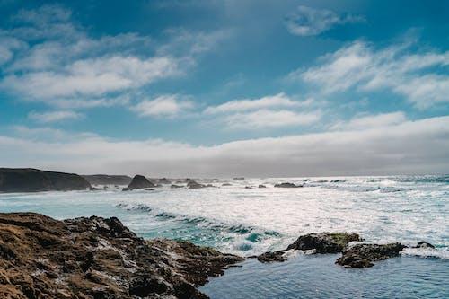 Gratis arkivbilde med bergformasjoner, blå himmel, blå sjø, blått hav