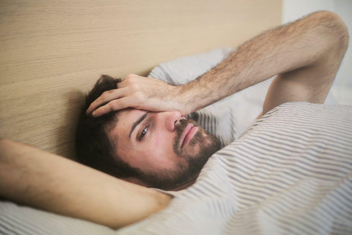 Sabah Yatakta Yatan Dalgın Adam