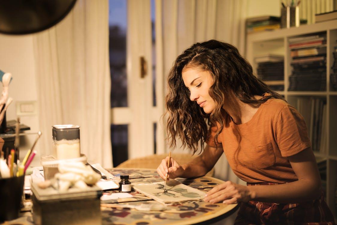 Wanita Muda Melukis Di Atas Kertas Di Tempat Kerja