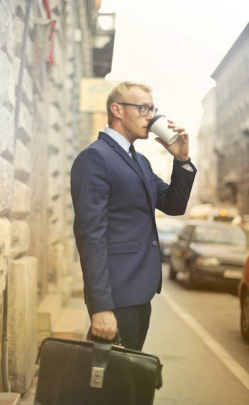 Ảnh lưu trữ miễn phí về bộ quần áo màu xanh, cà phê, cà phê để đi, cặp sách