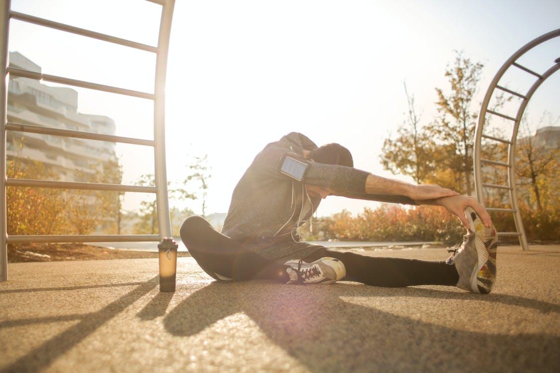 Deportista Flexible Que Se Extiende En El Campo De Deportes