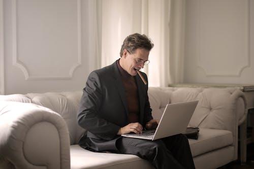 Ảnh lưu trữ miễn phí về bộ đồ đen, Đàn ông, đang làm việc, đánh máy