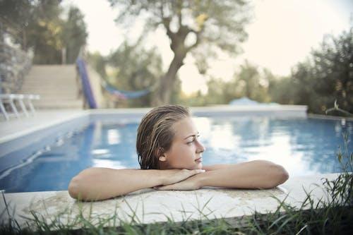 Foto profissional grátis de □ gentil, água, ao ar livre, ao lado da piscina