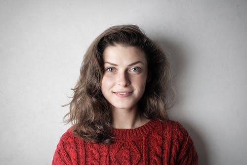 Portrait Photo De Femme En Pull Rouge Devant Fond Blanc