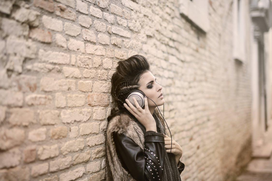 Vrouw In Stijlvolle Slijtage Luisteren Naar Muziek In De Koptelefoon