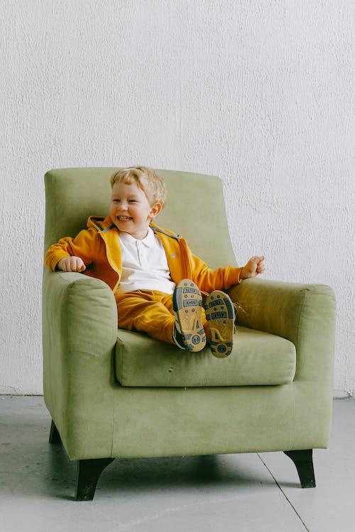 Nội Dung Cậu Bé Cười Trên Ghế Bành Trong Phòng Khách